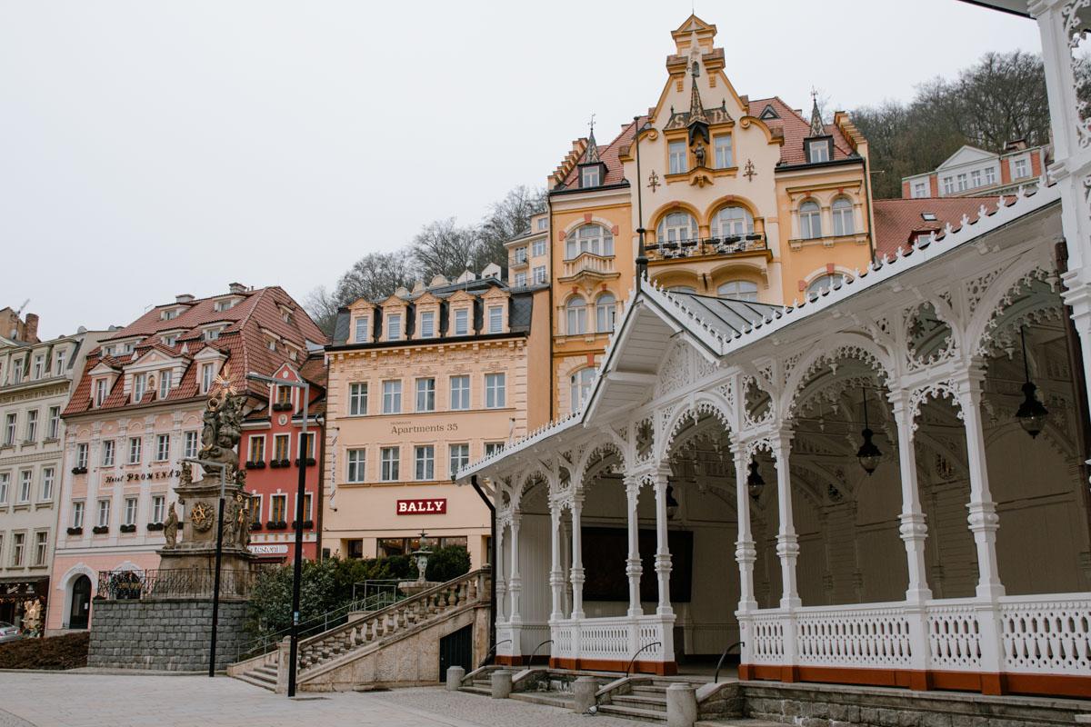 Weiße-Marktkolonade-Karlsbad
