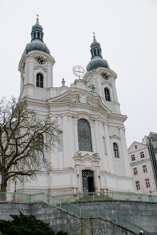 Außenansicht-der-karlsbader-Kirche