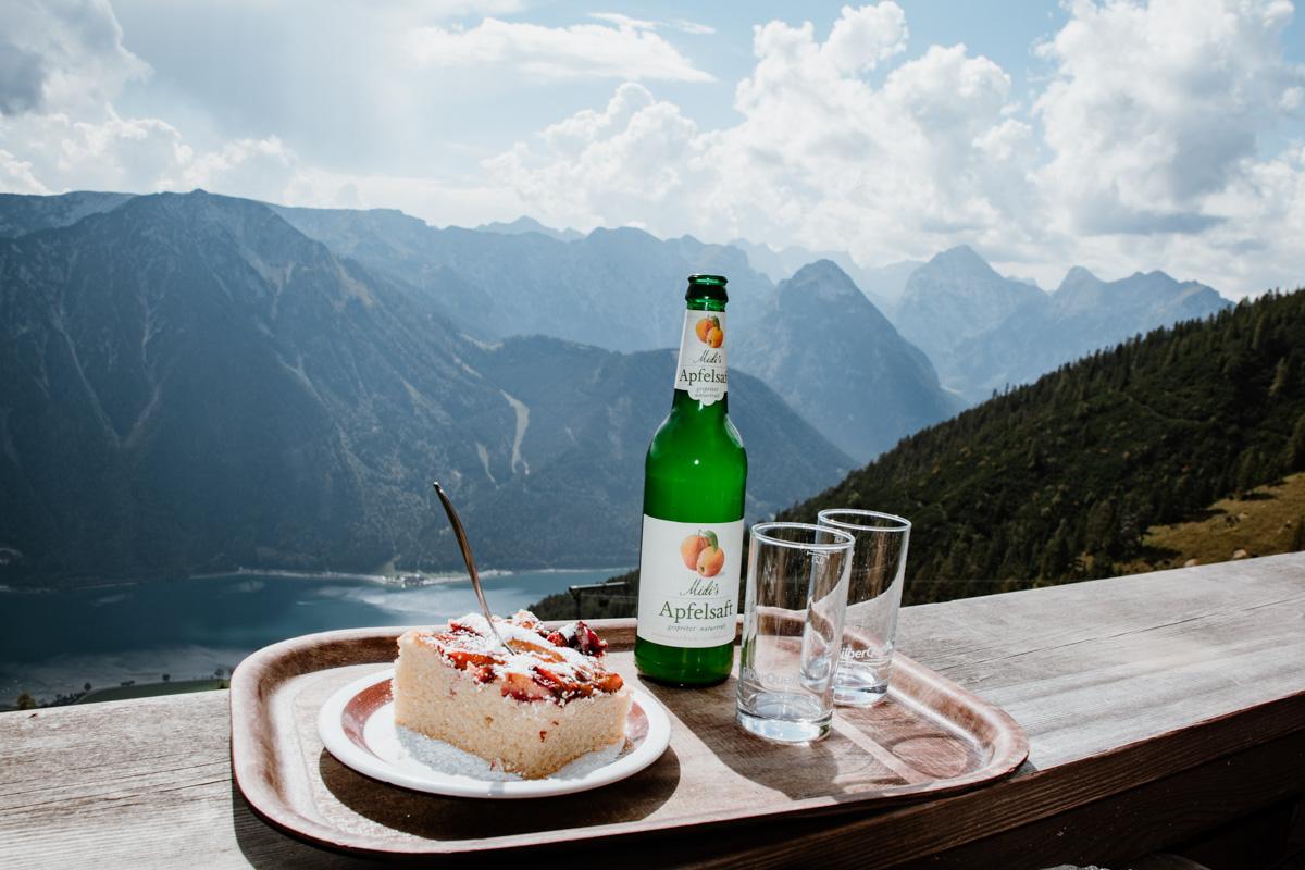 Kuchen und Saft mit Blick auf den Achensee